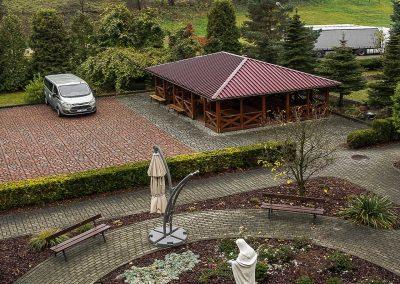 Dom Pogodnej Jesieni - od strony ogrodu i widok na Sanktuarium Matki Bożej Tuchowskiej